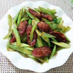 腊肠炒芹菜的做法