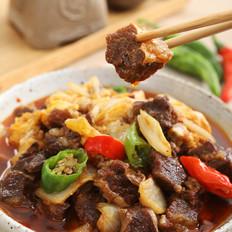将肉、菜、汤汁一口气浇在米饭上——白菜牛腩盖浇饭的做法