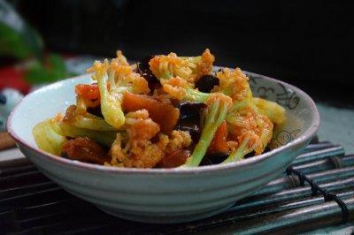 番茄木耳炒菜花怎么做好吃?番茄木耳炒菜花的家常做法