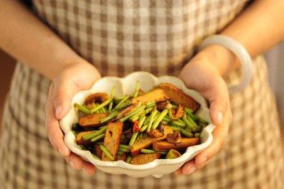 芦蒿豆干小炒怎么做好吃?芦蒿豆干小炒的家常做法