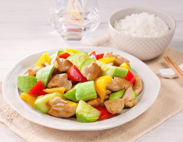翠玉瓜红黄椒炒鸡肉怎幺做?翠玉瓜红黄椒炒鸡肉的做法