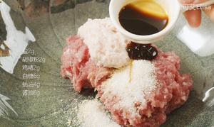 怎样才能做出鲜嫩多汁的肉馅【蟹柳紫菜卷】的做法 步骤3