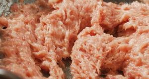 怎样才能做出鲜嫩多汁的肉馅【蟹柳紫菜卷】的做法 步骤4