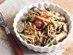 杂菇焖伊麺[简易粉麺食谱]的做法