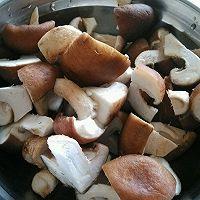 香菇板栗炖鸡的做法图解2